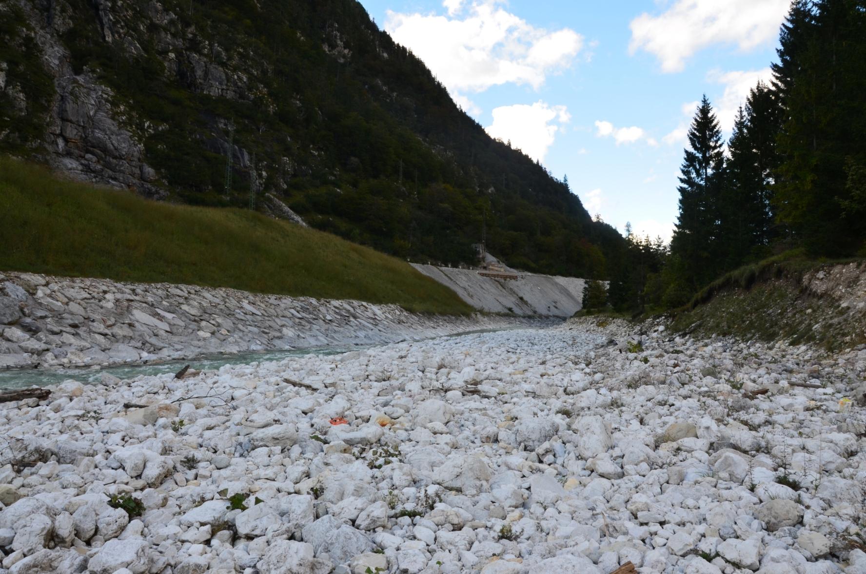 Vodohospodářská úprava horského toku Rio Lago (900 m n. m.) za osadou Cave del Predil, (Foto: K.K.)